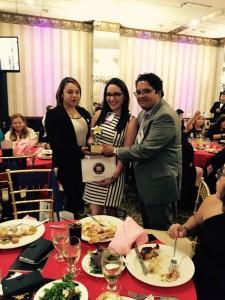 Alexandra Pina, gerente de proyectos de programación u Ely Soriano, productor de medios hispanos junto a Natasha después de recibir el premio 2015 Latino Stars.