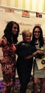 Audrey Puente, meterólogo y periodista con WNYW/ FOX 5 junto y Vicky Schneps, presidente de Schneps Communications entregando el premio del 2015 Latino Stars a Natasha Bisbal.